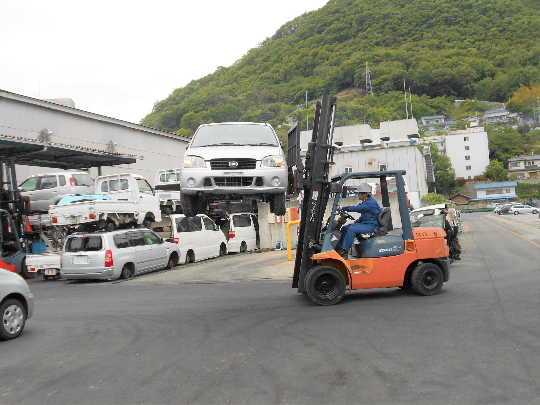 回収した使用済み自動車はリサイクル工場へ